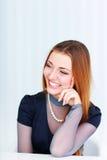 Mulher de riso bonita nova que olha direita Imagens de Stock