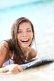 Mulher de riso da prancha em terra - brincalhão, molhado Imagens de Stock