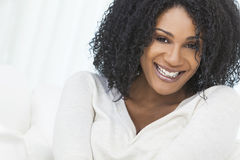 Mulher de riso de sorriso bonita do americano africano Imagens de Stock