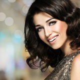 Mulher de riso feliz bonita com cabelos marrons Fotos de Stock Royalty Free