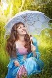 Mulher de riso no vestido medieval com ventiladores da bolha Fotografia de Stock Royalty Free