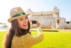 Mulher de riso que toma a foto do monumento do quadrado de Veneza foto de stock
