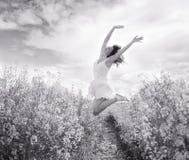 Mulher de salto no campo amarelo, preto e branco fotos de stock royalty free