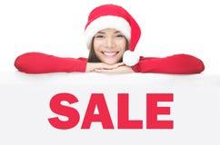 Mulher de Santa que mostra a placa do sinal da venda Fotografia de Stock Royalty Free