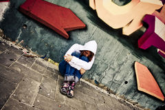 Mulher de sofrimento na parede Imagem de Stock Royalty Free