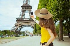 Mulher de solo nova do turista que toma a foto com smartphone fotos de stock royalty free