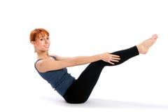 Mulher de sorriso alegre que faz o exercício da ioga fotos de stock