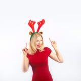 Mulher de sorriso bonita com antlers da rena Fotografia de Stock Royalty Free