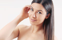 Mulher de sorriso bonita com cabelo brilhante saudável forte Imagem de Stock