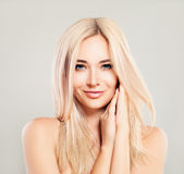 Mulher de sorriso bonita com cabelo louro Modelo de forma de Blondie foto de stock