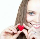 Mulher de sorriso bonita com coração fotografia de stock