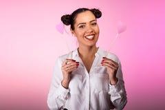 Mulher de sorriso bonita com dois corações cor-de-rosa nas mãos Imagem de Stock Royalty Free