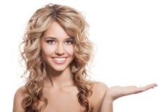 Mulher de sorriso bonita com guardar a mão Fundo branco imagens de stock