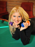 Mulher de sorriso bonita com muitas esferas de bilhar Foto de Stock