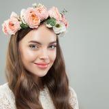 Mulher de sorriso bonita com pele clara, cabelo brilhante longo e flores Fim bonito da face acima foto de stock