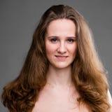 Mulher de sorriso bonita com sorriso bonito na toalha Foto de Stock