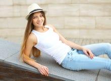 Mulher de sorriso bonita do retrato que veste um chapéu de palha do verão imagem de stock
