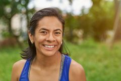 Mulher de sorriso bonita de latina imagem de stock
