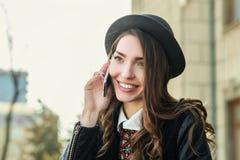 Mulher de sorriso bonita nova que fala no telemóvel Fotografia de Stock