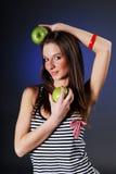 Mulher de sorriso com as duas maçãs verdes Imagem de Stock Royalty Free