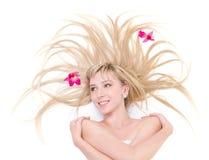 Mulher de sorriso com as flores no cabelo Imagens de Stock Royalty Free
