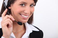 Mulher de sorriso com auriculares foto de stock