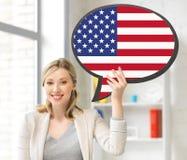 Mulher de sorriso com bolha do texto da bandeira americana Foto de Stock