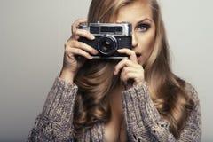 Mulher de sorriso com câmera imagem de stock royalty free