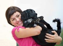 Mulher de sorriso com cão imagem de stock royalty free
