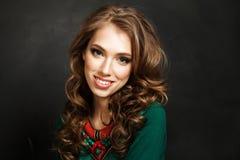 Mulher de sorriso com cabelo de Brown e a colar ondulados da joia Imagens de Stock