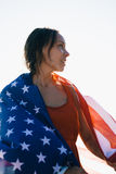 Mulher de sorriso com cabelo molhado e a bandeira americana Foto de Stock Royalty Free