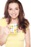 Mulher de sorriso com caneca Fotografia de Stock Royalty Free