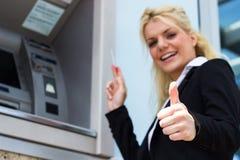 Mulher de sorriso com cartão de crédito Imagens de Stock
