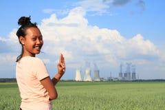 Mulher de sorriso com central nuclear Dukovany imagens de stock royalty free