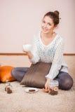 Mulher de sorriso com chávena de café Fotos de Stock Royalty Free