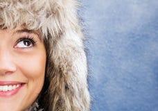 Mulher de sorriso com chapéu forrado a pele Fotografia de Stock Royalty Free