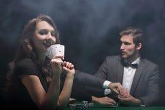 Mulher de sorriso com a combinação de vencimento de cartões Imagem de Stock Royalty Free