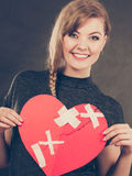 Mulher de sorriso com coração curado imagem de stock royalty free