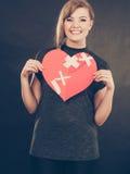 Mulher de sorriso com coração curado fotos de stock