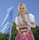 Mulher de sorriso com coração de Oktoberfest imagem de stock royalty free