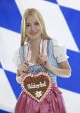 Mulher de sorriso com coração de Oktoberfest fotografia de stock royalty free