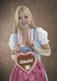 Mulher de sorriso com coração de Oktoberfest fotos de stock