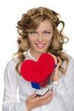 Mulher de sorriso com coração no carrinho de compras Fotografia de Stock
