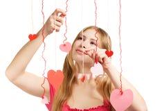 Mulher de sorriso com corações de papel vermelhos e cor-de-rosa do desenhista do Valentim Fotografia de Stock Royalty Free