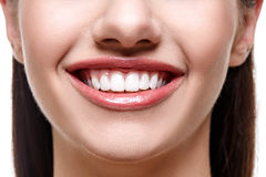 Mulher de sorriso com dentes brancos Fotos de Stock Royalty Free