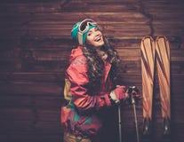 Mulher de sorriso com esquis Foto de Stock Royalty Free