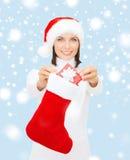 Mulher de sorriso com giftbox e estoque pequenos Fotos de Stock Royalty Free