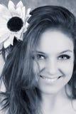 Mulher de sorriso com girassol Fotos de Stock