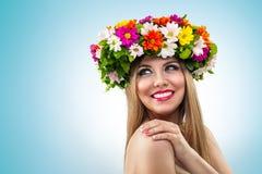 Mulher de sorriso com grinalda da flor Imagens de Stock Royalty Free