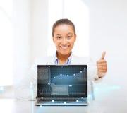 Mulher de sorriso com laptop imagem de stock royalty free